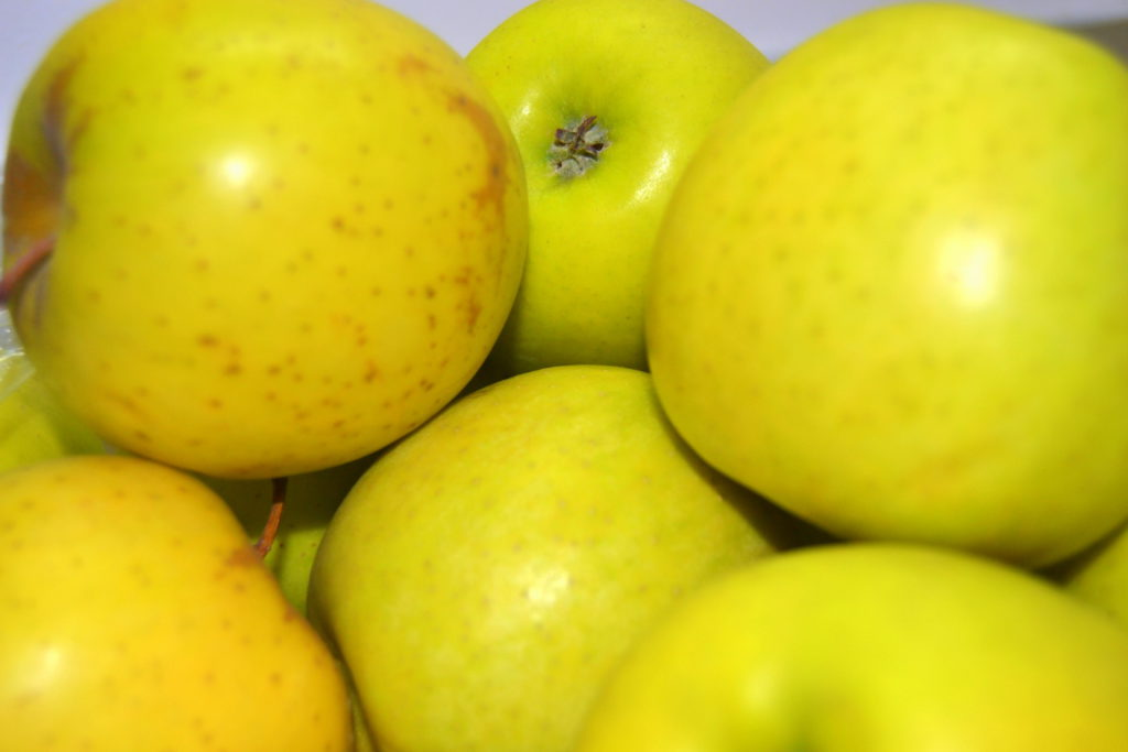 Verduras de Pedro: Manzana Golden a 2 €/kg. Indicar el numero de kg